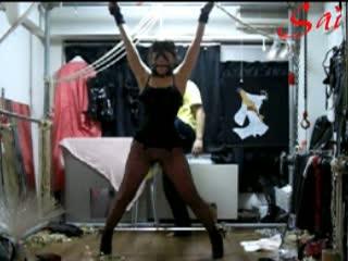 四肢を拘束されたマゾ女がフルスイングの鞭打ちを浴び恍惚な表情を浮かべて身悶える