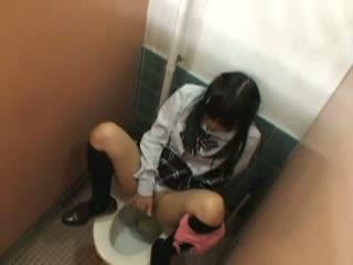 真面目そうな女子校生がトイレで悶絶オナニー