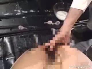 マングリ状態で緊縛した2人の美女の肛門に大量の浣腸液を注入して勢い良く噴出する姿を観察…