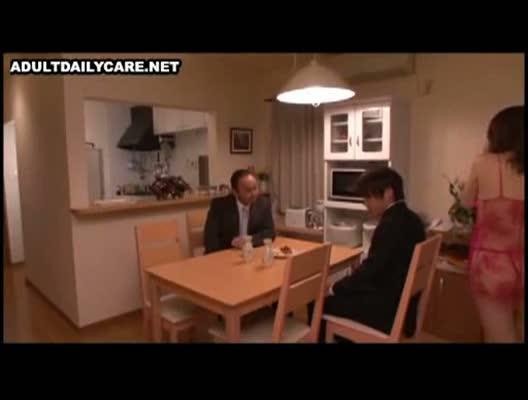 内田美奈子「アナタのおちんぽが欲しいの…」夫が家に連れて来た部下と寝取られセックスを堪能する淫乱熟女…